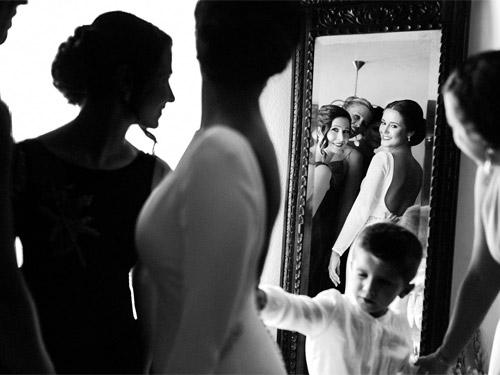 Novia y Amigas en Preparativos de Boda frente al espejo