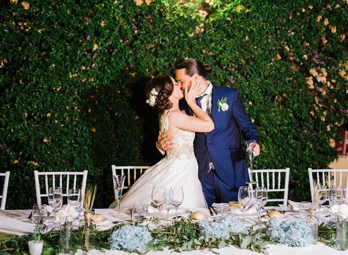 Al Fresco Dinner in Castillo de la Monclova. Bride and Groom Kiss